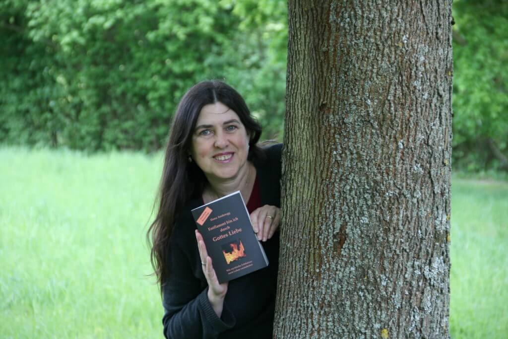 """Ilona Anderegg zeigt die erweiterte Neuauflage ihres Buches """"Entflammt bin ich durch Gottes Liebe. Wie mystische Erlebnisse mein Leben veränderten"""""""